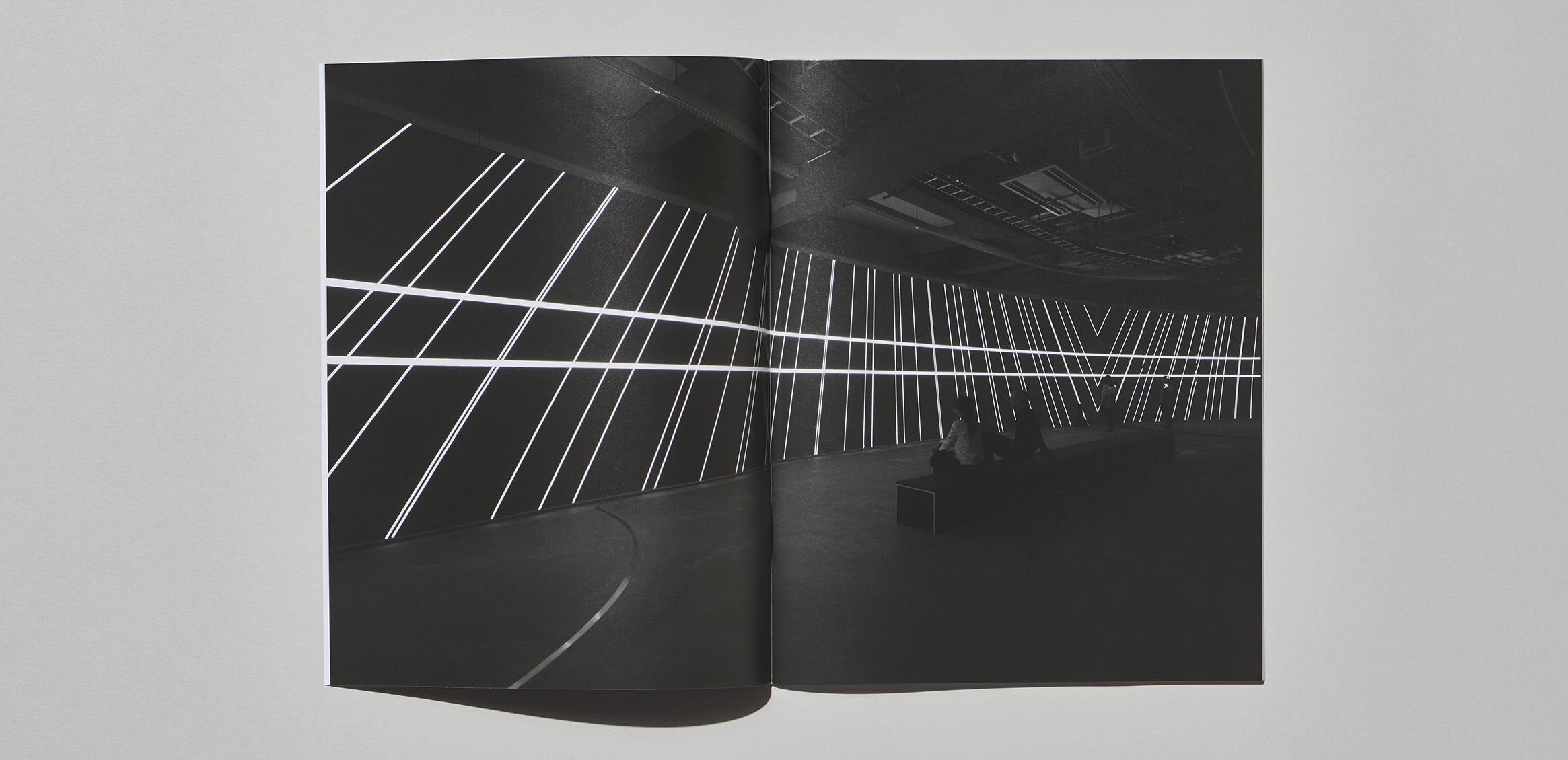 《Carsten Nicolai: Parallax》运用到展会产品目录2枚目